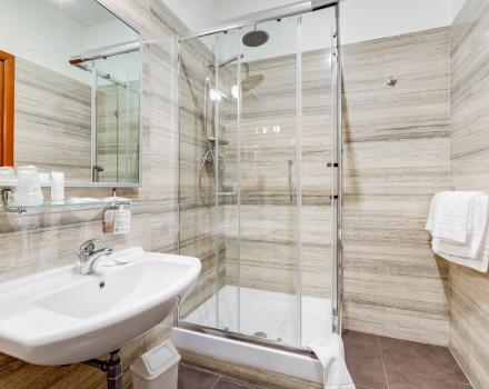 Bathroom with shower in the standard rooms of the Best Western Hotel Rocca